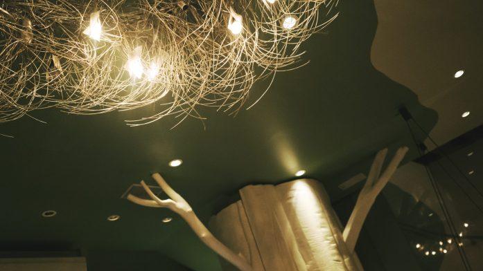 Décoration lumineuse au restaurant Sur un arbre perché