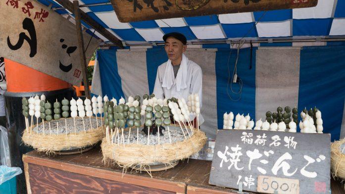 Les douceurs japonaises présentées à la sortie du sanctuaire Fushimi Inari