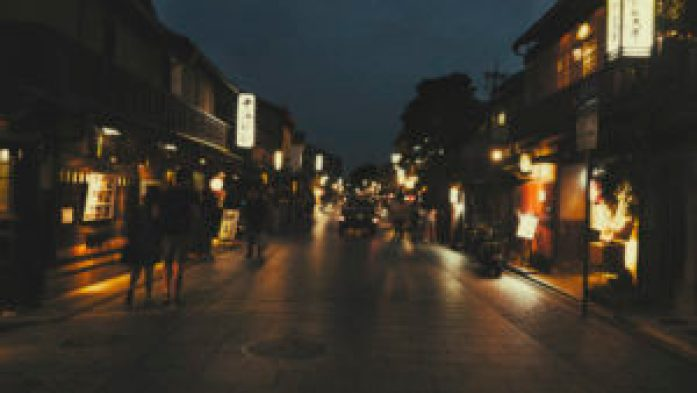 La rue Hanamikoji illuminée