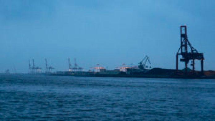 La nuit qui tombe sur le port d'Osaka