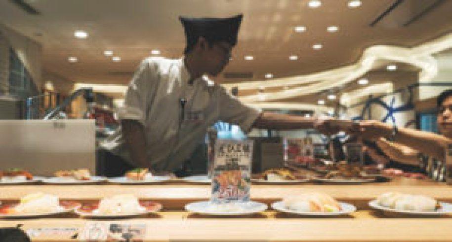 Tapis roulant de sushis à Osaka