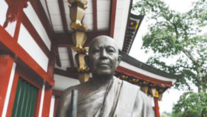 Une sculpture devant un temple