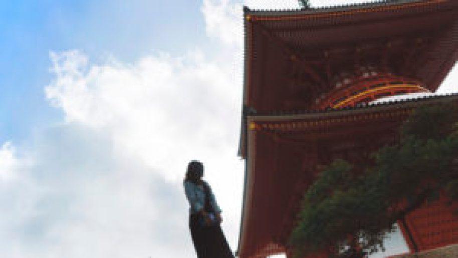 Eatmytravel au pied d'une pagode au Mont-Koya