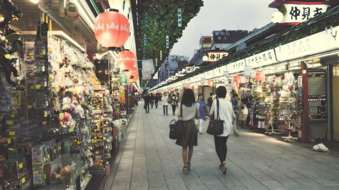 les rues menant au grand temple à Asakusa