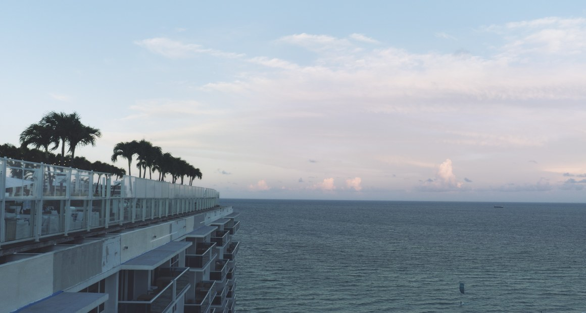 Vue sur la mer du rooftop du One Hotel