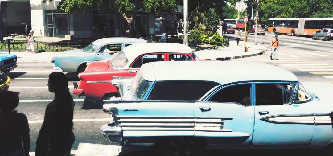 Veilles voitures américains dans les rues de La Havane