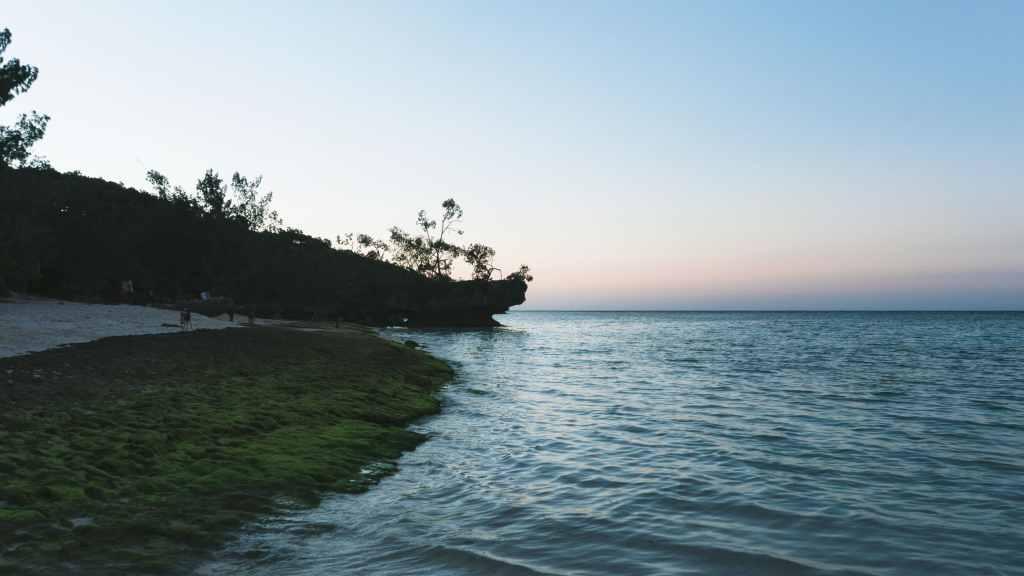 coucher de soleil sir la plage à lifou
