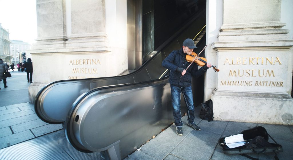 un musicien devant le musée albertina de Vienne