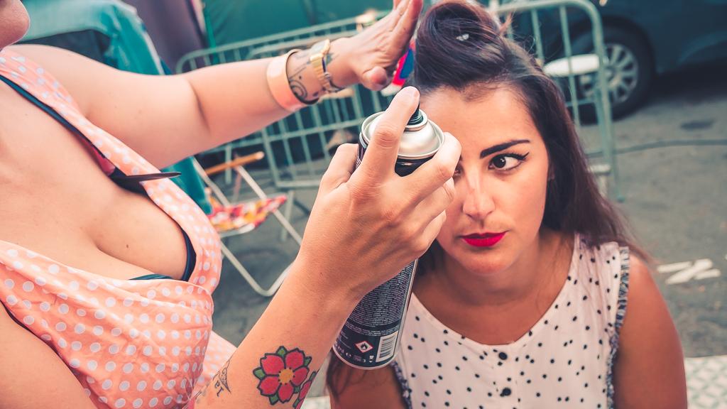fille se faisant coiffer avec de la laque