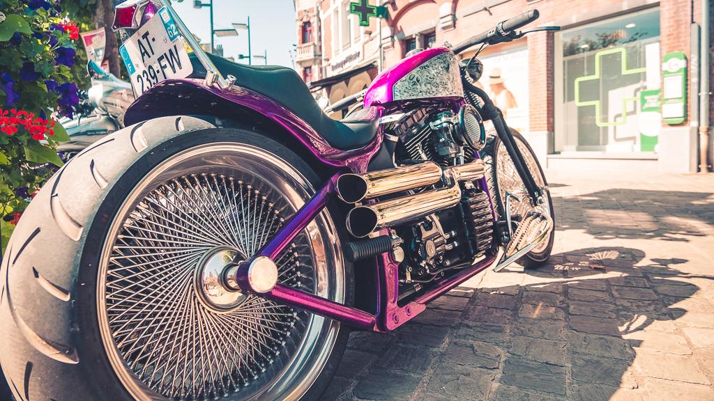 moto noire et violette