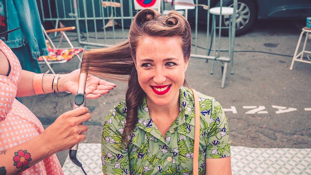 fille se faisant coiffer