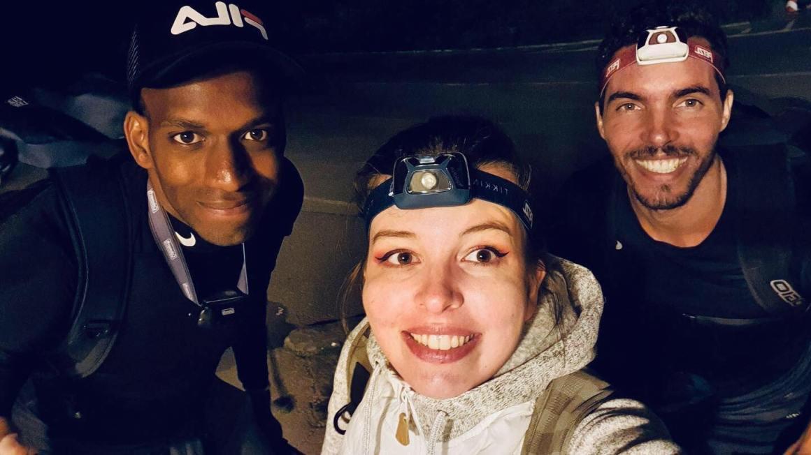 groupe d'amis après ascension du mont fuji