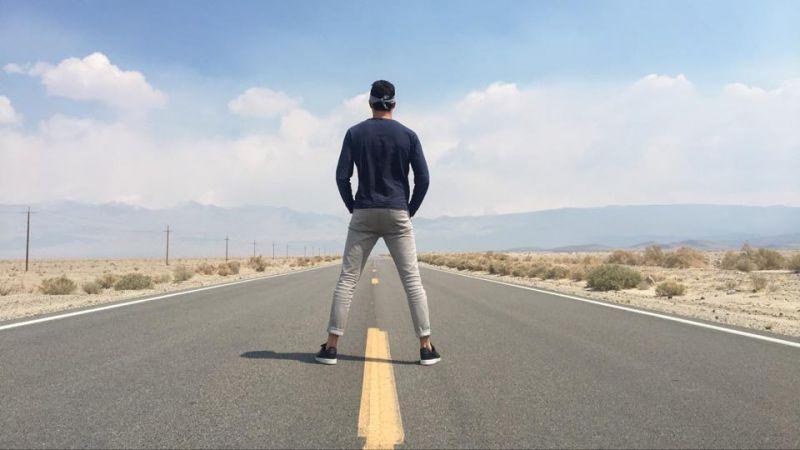 rayan au milieu d'une route aux usa