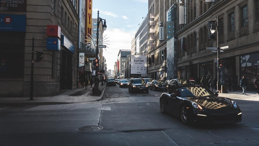 une voiture dans les rues de Montréal