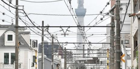 。東京 都電荒川線。荒川二丁目站:在地面鐵路的巷弄間,找到與晴空塔合照的角度