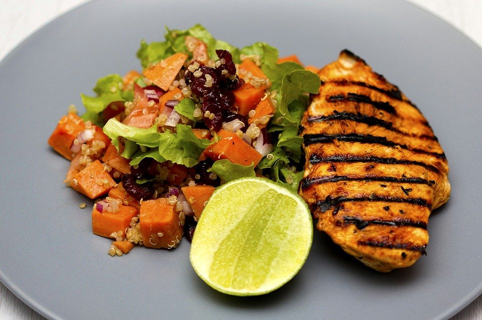 Grilled chicken and salad with lemon