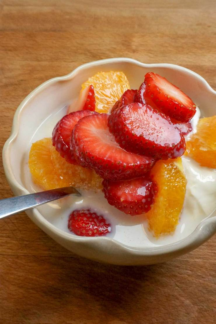 breakfast oats with fruit and yogurt featured