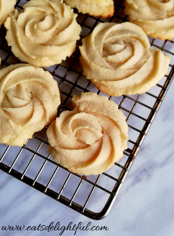 danish butter cookies on cooling rack side view (1)