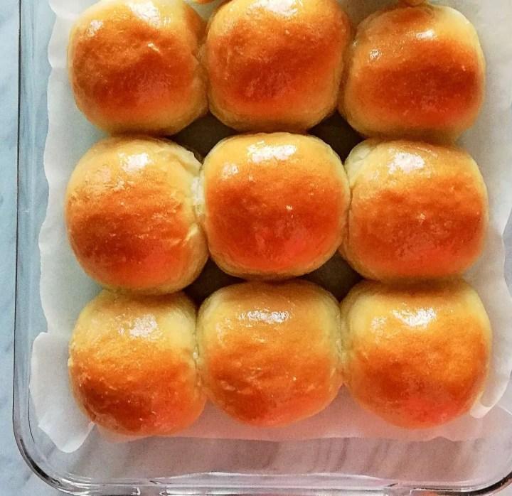 dinner rolls (close)