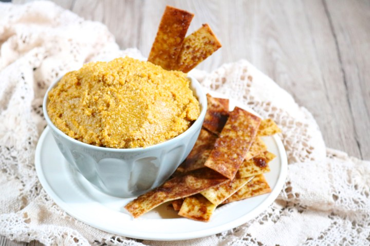 Pumpkin pie cheesecake dip is served with simple cinnamon chips made from lasagna sheets which mimic a pie crust. Perfect for fall parties   eatsomethingdelicious.com
