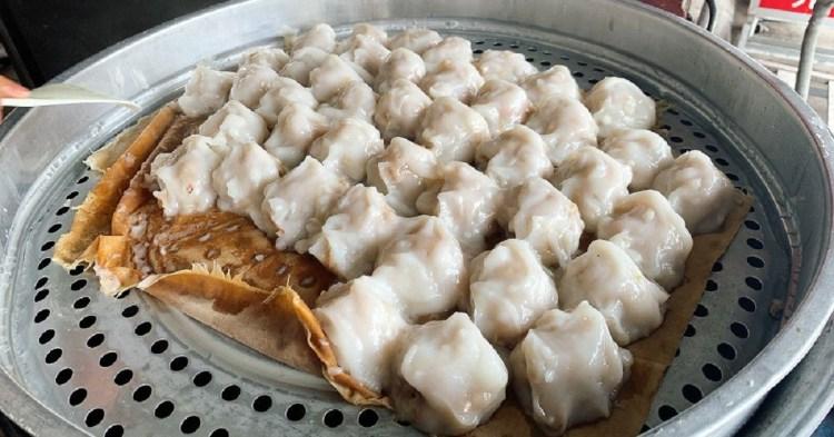 台南肉圓美食 嗎哪肉圓我心中第一名的台南肉圓,甜甜醬汁配上一點蒜蓉,彈嫩外皮和真材實料的肉餡,再來一碗腸子超多的四神湯,全部只要55元。