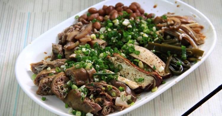 啞巴麵店 在安平小巷弄中,肉臊帶點沙茶香,滷菜切的用心,乾麵附清湯,清湯好喝順口。
