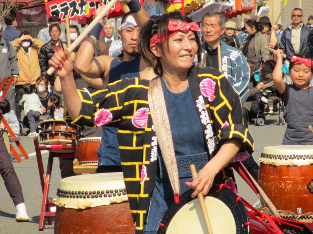 She is the leader of the team Ōme Daiko(青梅太鼓).