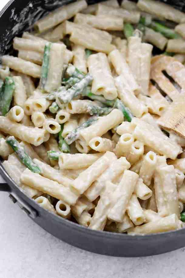 Lemon asparagus pasta in a black pot.