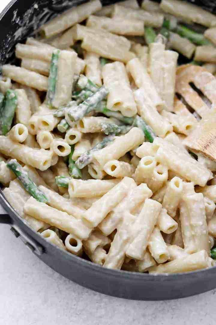 Lemon asparagus pasta in a black pot.