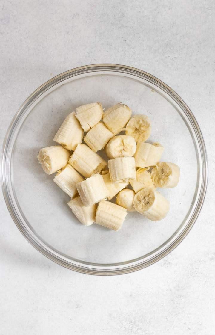 Sliced banans in a bowl