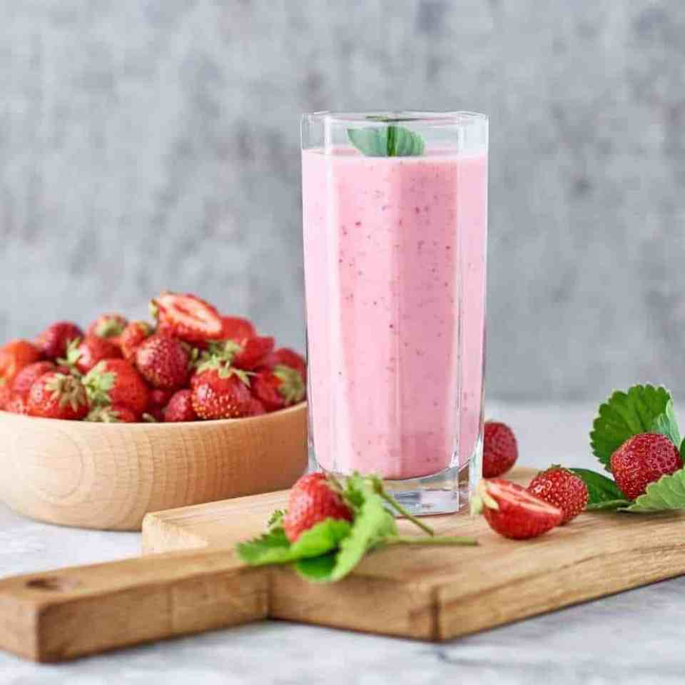 Strawberry Maple Smoothie. Healthy strawberry smoothie. Low sugar strawberry smoothie. Low sugar smoothie.