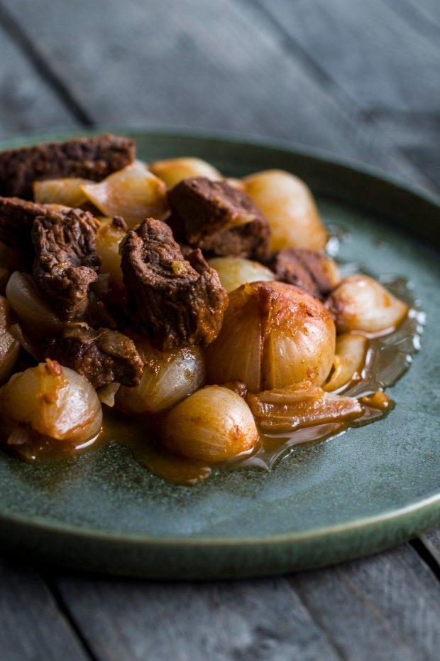beef stew with shallots, stifatho @eatyourselfgreek