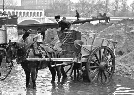 l-marcahant-courageux-de-sables-et-cailloux-meulieres-terre-et-gravillons-mars-1923