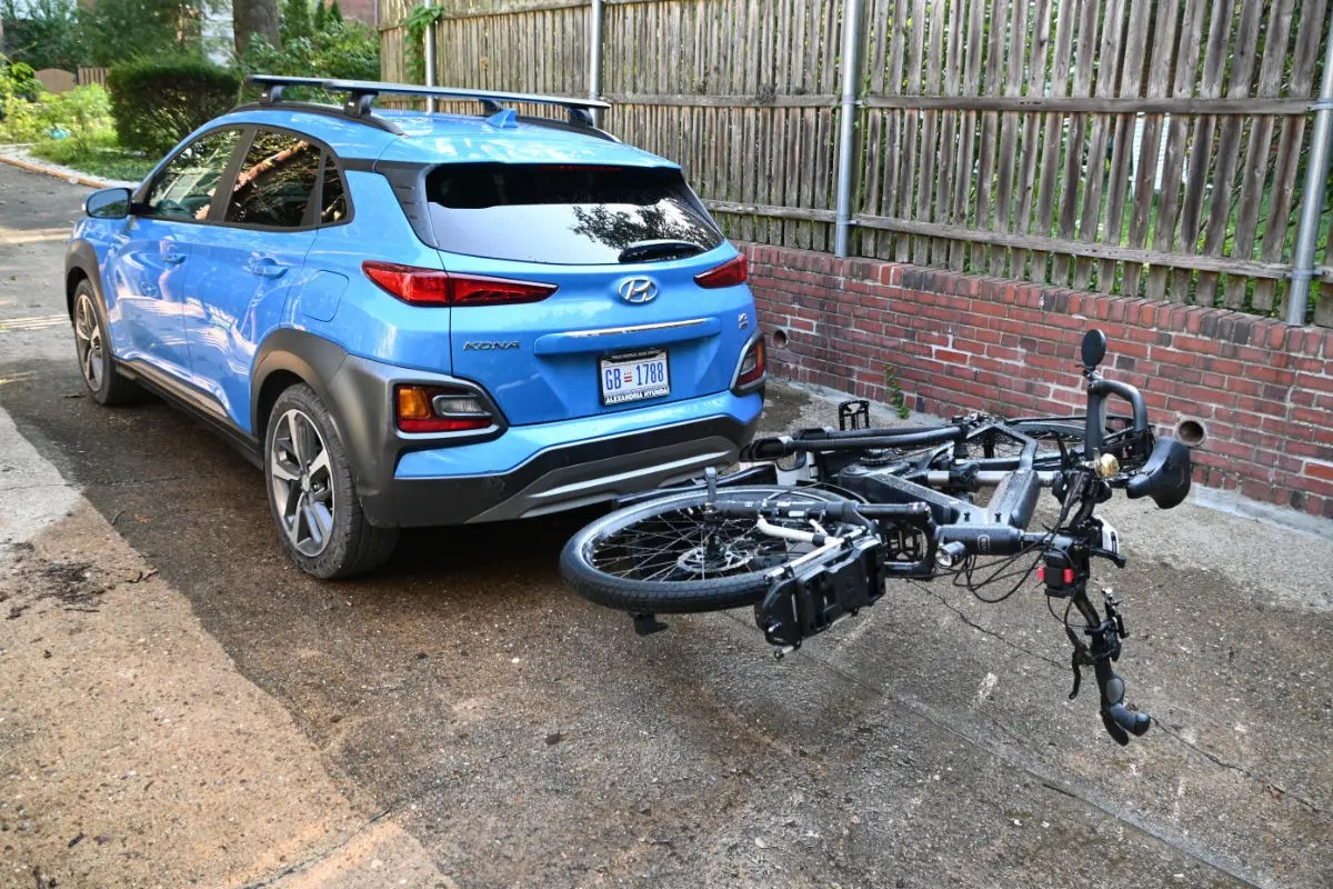 The bike rack allows the trunk to be opened with the e-bike attached. to the Thule Easyfold XT2.