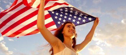 Cô gái và cờ Mỹ