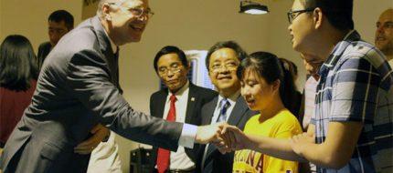 Đại sứ Hoa Kỳ tại Việt Nam Daniel Krittenbrink nói chuyện với các sinh viên ĐH Đà Nẵng tháng 11-2017 - Ảnh: ĐOÀN NHẠN