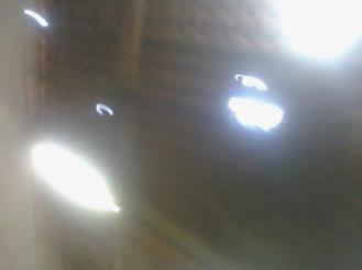 Foto, embora embaçada, mostra fiação de luz corrompida