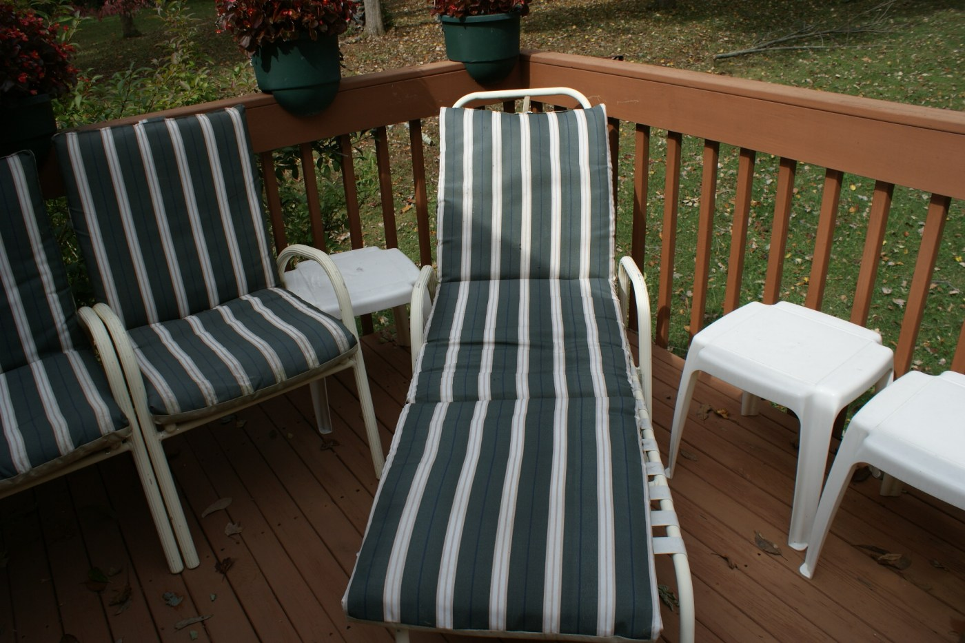 Finkel White Strap Patio Furniture Tables And