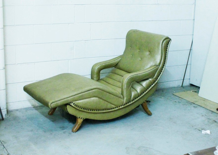 Mid Century Vibrating Contour Lounge Chair ebth t