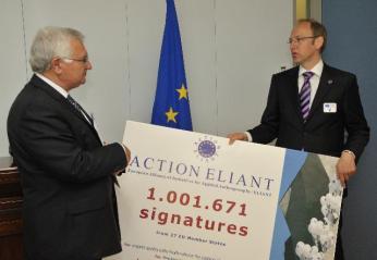 Remise d'une pétition sur l'anthroposophie à John Dalli, membre de la CE