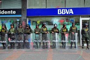 La policía hizo sus prioridades muy claras. Cada banco tenía por lo menos una docena de oficiales armados puesto en el frente.