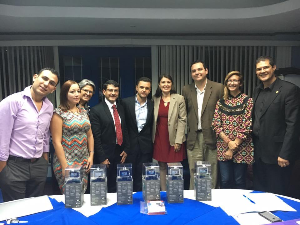 La Junta Directiva del COLPER realizó la donación de las cámaras GoPro el pasado 1 de noviembre en las instalaciones de ese colegio profesional ubicadas en La Sabana.