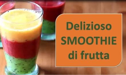 Delizioso SMOOTHIE di frutta (frullato di frutta).