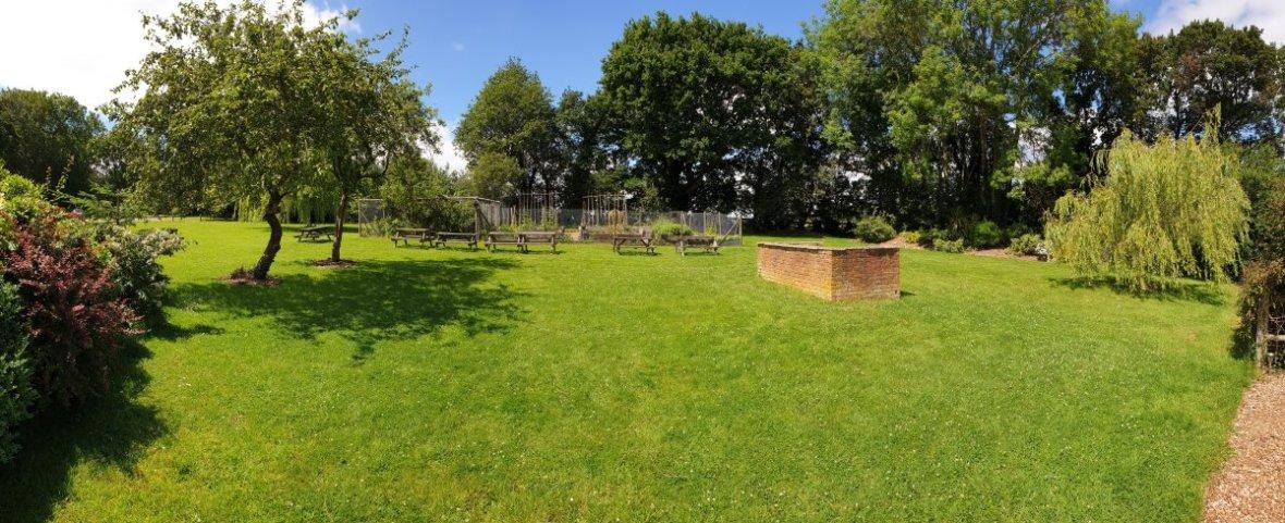 Chequers Inn Rowhook garden
