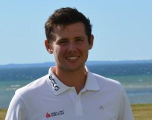 Martin Ovesen fra Kolding Golf Club gør Rasmus Hjelm selskab i førerbolden ved PGA Catalunya Resort Championship. Følg med fra tirsdag morgen.