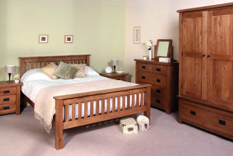 Image of Sudbury Oak bedroom furniture setting from Edmunds & clarke furniture Ltd