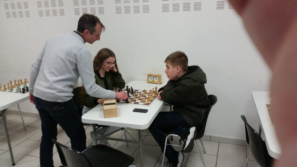 Lucie et Alexandre, avec leur professeur Michel
