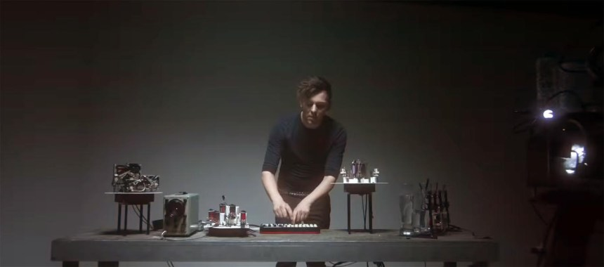Geist at electronic table