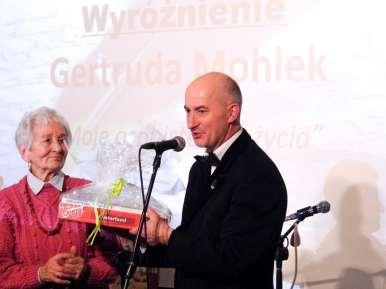 Dyrektor Krystian Czech wręcza nagrodę jednej z najsatrzych laureatek