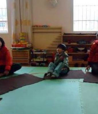 Ning-Yin-enjoying-mat-time-with-others-in-class